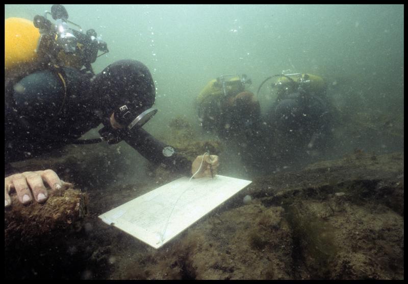 Vue sous-marine de trois plongeurs effectuant le relevé de la carène(fouille M. L'Hour/Drassm, E. Veyrat/Drassm).
