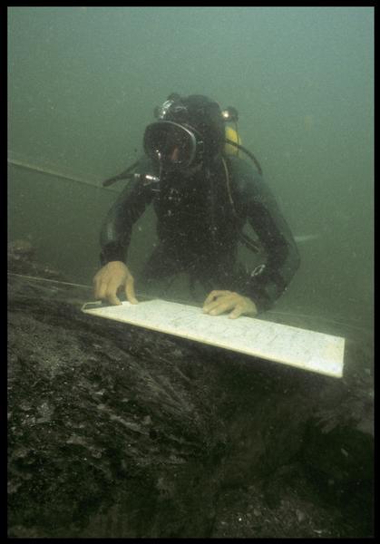 Vue sous-marine d'un plongeur effectuant le relevé de la carène(fouille M. L'Hour/Drassm, E. Veyrat/Drassm).
