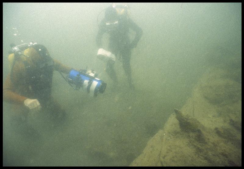 Vue sous-marine d'un photographe et du vidéaste(fouille M. L'Hour/Drassm, E. Veyrat/Drassm).