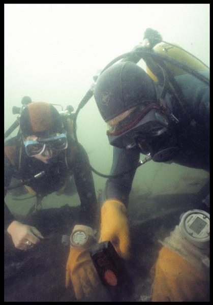 Vue sous-marine de deux plongeurs effectuant le prélèvement de la carène(fouille M. L'Hour/Drassm, E. Veyrat/Drassm).