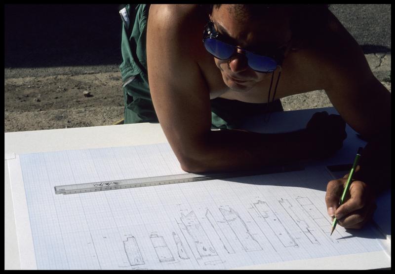 Vue de la mise au net des dessin des éléments de la carène (fouille M. L'Hour/Drassm, E. Veyrat/Drassm).