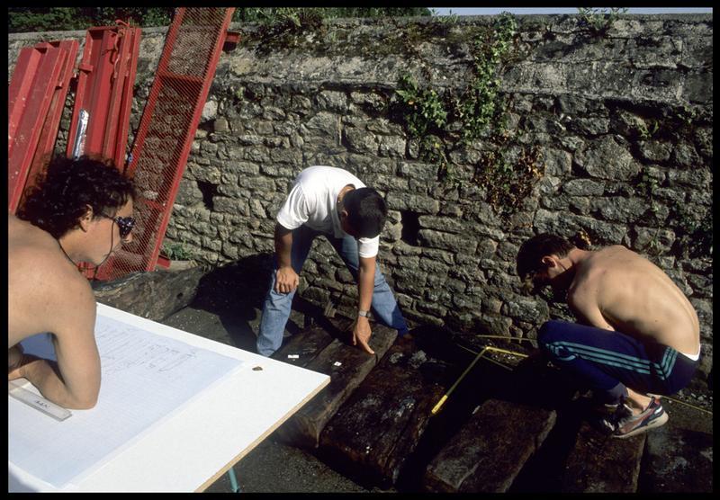 Vue de la prise de mesure et du dessin des prélèvements de bois de la carène (fouille M. L'Hour/Drassm, E. Veyrat/Drassm).