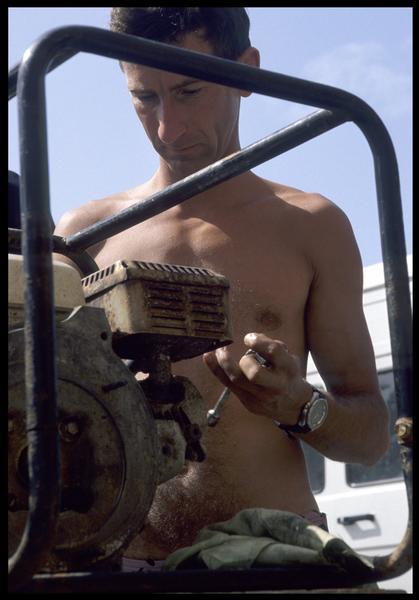 Vue de la réparation d'une motopompe (fouille M. L'Hour/Drassm, E. Veyrat/Drassm).