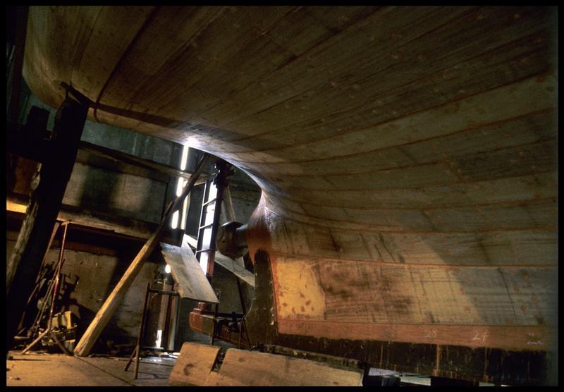 Vue d'une carène en construction du chantier Bernard.