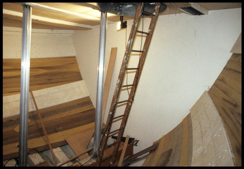 Vue de l'intérieur d'une carène en construction du chantier Bernard.