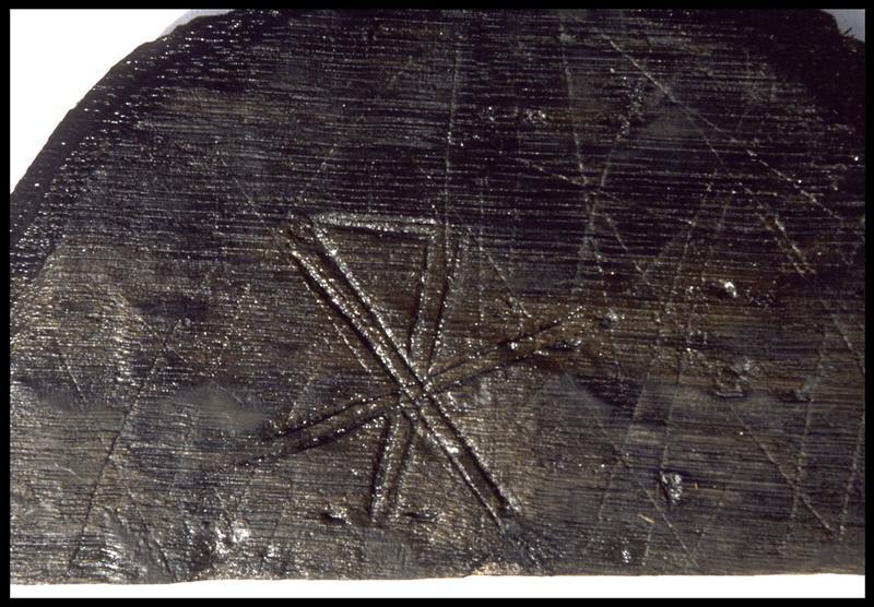 Vue de détail d'une marque de charpentier sur un élément de bois (fouille M. L'Hour/Drassm, E. Veyrat/Drassm).