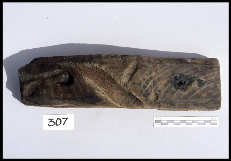 Vue d'un élément de bois avec trace de cordage (fouille M. L'Hour/Drassm, E. Veyrat/Drassm).