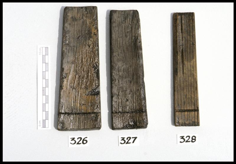 Vue de trois douves de tonneau en bois (fouille M. L'Hour/Drassm, E. Veyrat/Drassm).