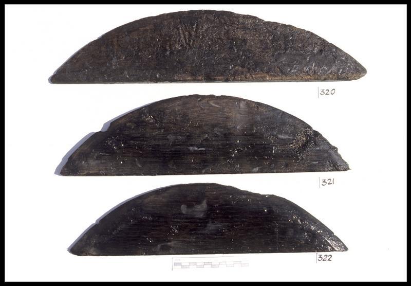 Vue de trois fragments de fond de tonneau en bois (fouille M. L'Hour/Drassm, E. Veyrat/Drassm).