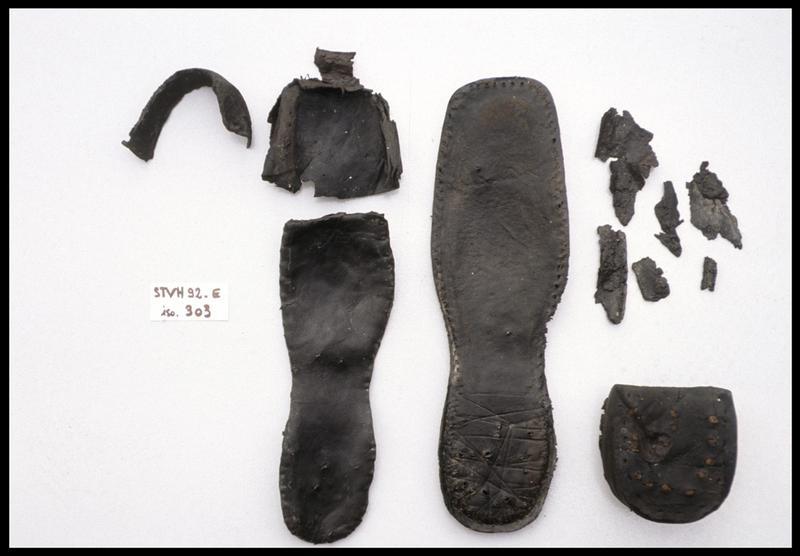 Vue des éléments de cuir d'une chaussure (fouille M. L'Hour/Drassm, E. Veyrat/Drassm).