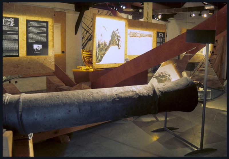 Vue d'une salle d'exposition avec un canon.