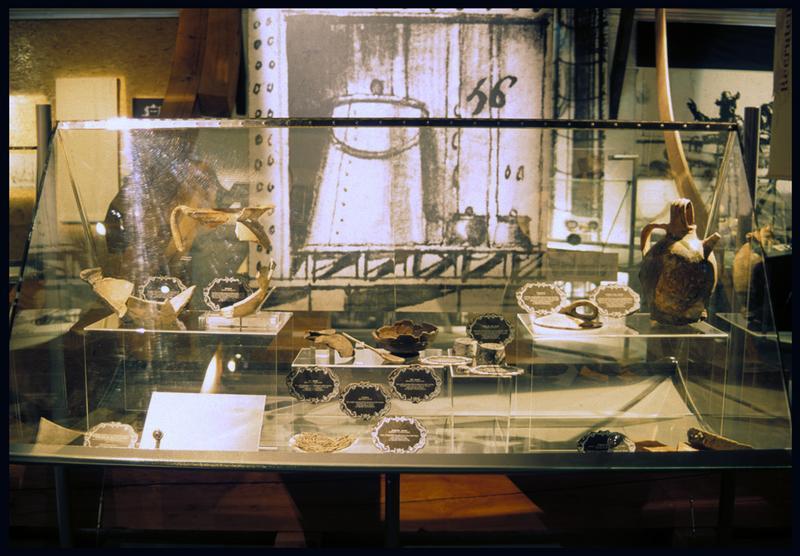 Vue de céramique dans une vitrine d'exposition.