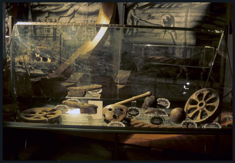 Vue d'une vitrine exposant les éléments d'accastillage de bois.