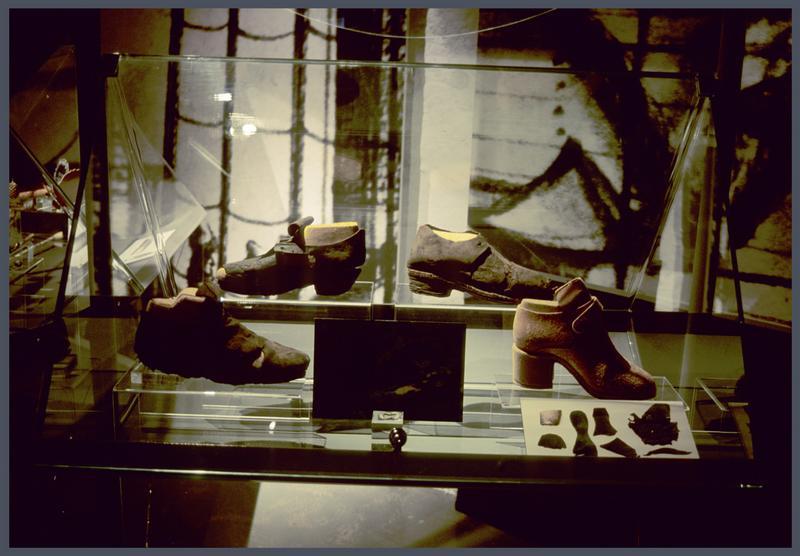 Vue de la vitrine des chaussures de cuir.