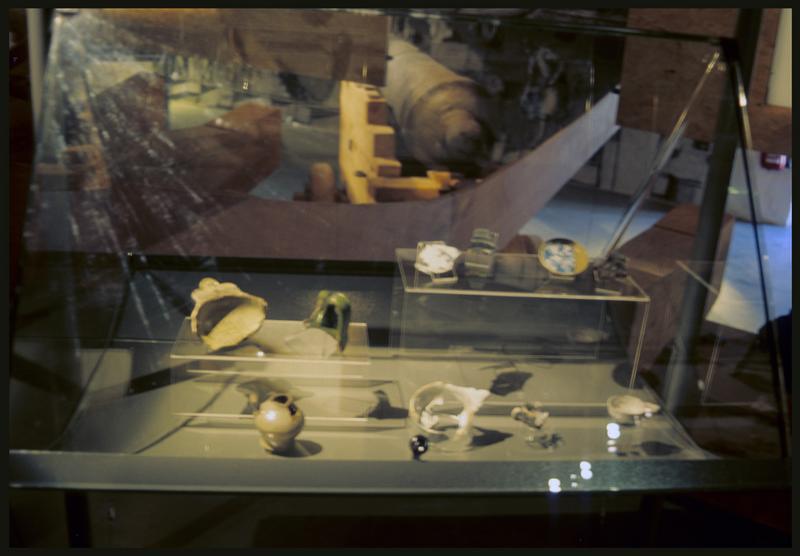 Vue de la vitrine des céramiques.
