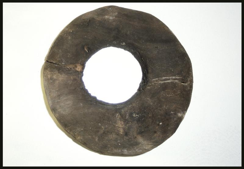 Vue d'une rondelle de bois d'élément d'accastillage (fouille M. L'Hour/Drassm, E. Veyrat/Drassm).
