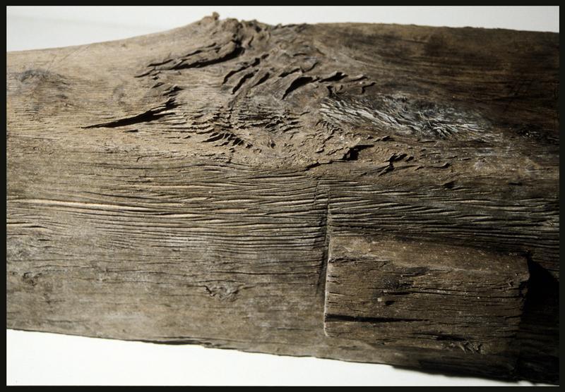 Vue de détail d'un élément d'accastillage en bois (fouille M. L'Hour/Drassm, E. Veyrat/Drassm).