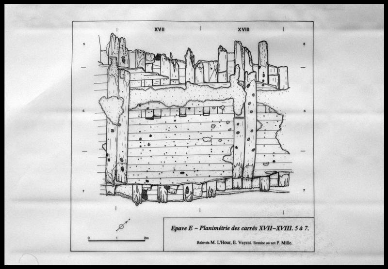 Vue du plan de la carène dans les carrés XVII et XVIII (fouille M. L'Hour/Drassm, E. Veyrat/Drassm).