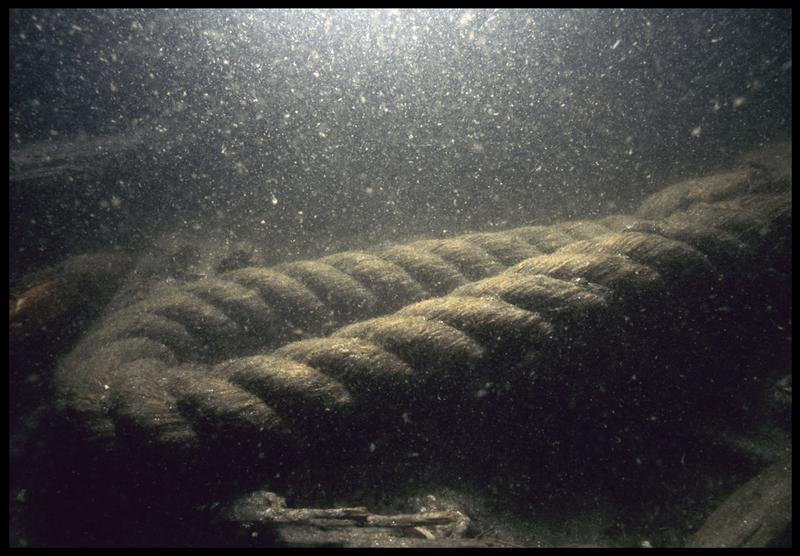 Vue sous-marine d'un cordage in situ (fouille M. L'Hour/Drassm, E. Veyrat/Drassm).