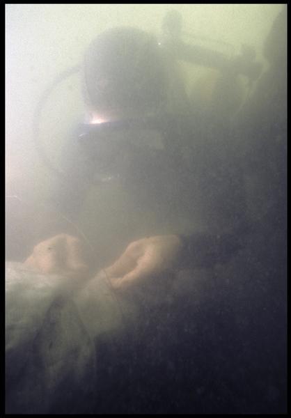 Vue sous-marine d'un plongeur emballant un cordage pour son levage (fouille M. L'Hour/Drassm, E. Veyrat/Drassm).