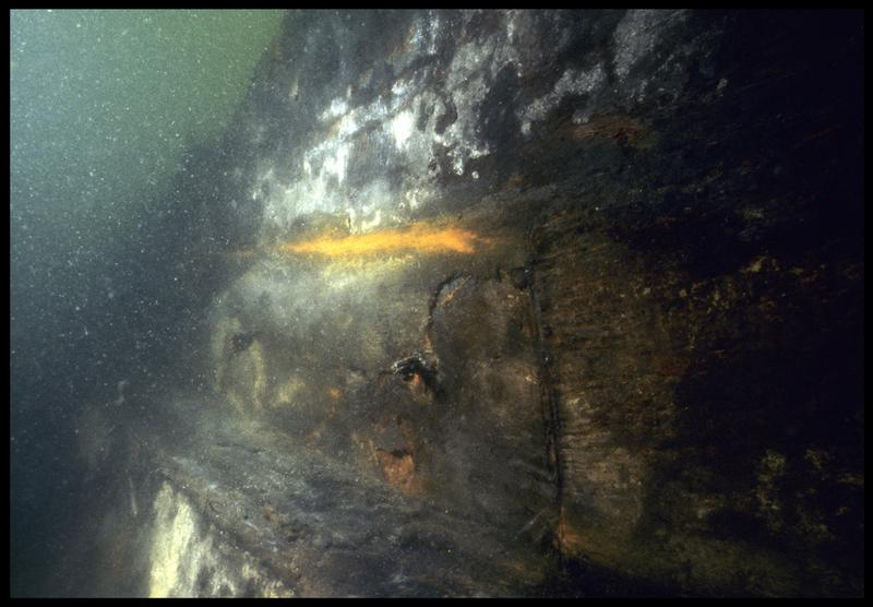Vue sous-marine de détail de la liaison de pièces de la carène (fouille M. L'Hour/Drassm, E. Veyrat/Drassm).