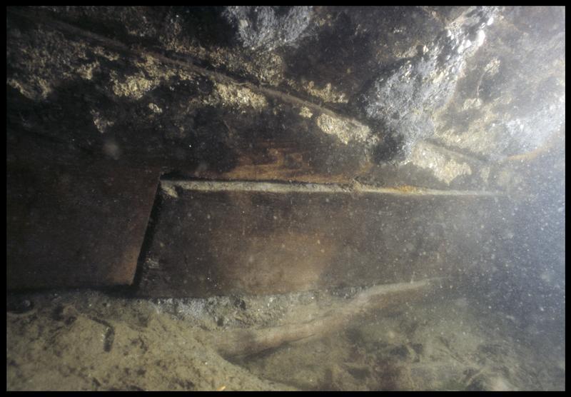 Vue sous-marine de détail de la quille (fouille M. L'Hour/Drassm, E. Veyrat/Drassm).