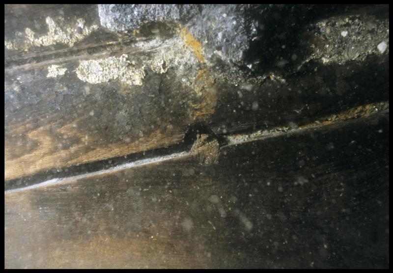 Vue sous-marine de détail d'une cheville de la quille(fouille M. L'Hour/Drassm, E. Veyrat/Drassm).