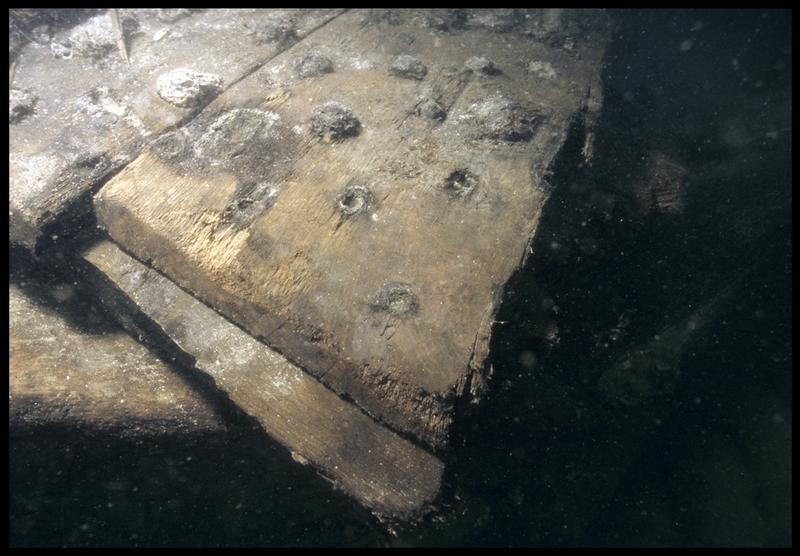 Vue sous-marine de détail d'un mantelet de sabord (fouille M. L'Hour/Drassm, E. Veyrat/Drassm).