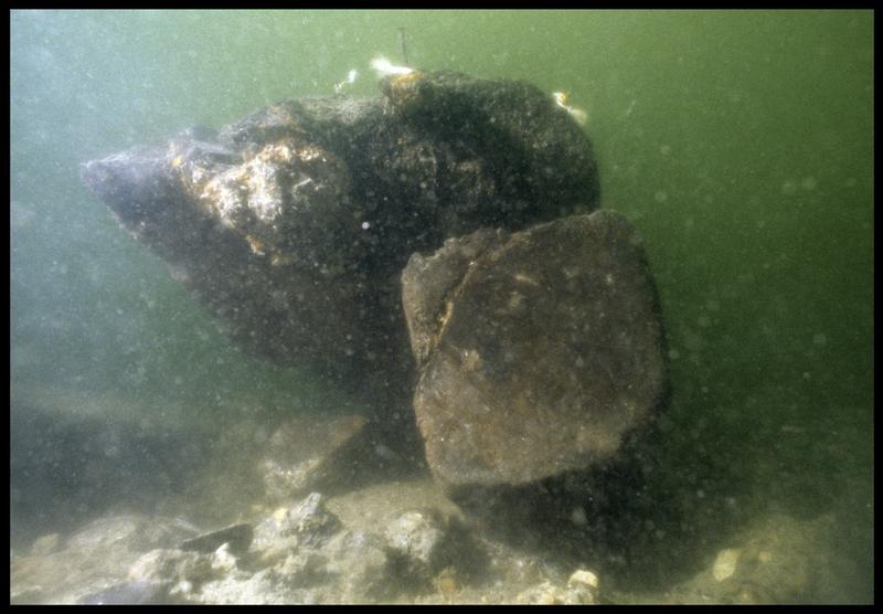 Vue sous-marine de détail d'un élément de la carène (fouille M. L'Hour/Drassm, E. Veyrat/Drassm).