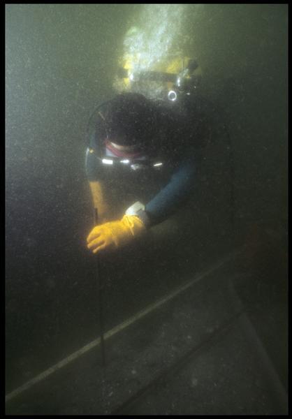 Vue sous-marine d'un plongeur installant le carroyage (fouille M. L'Hour/Drassm, E. Veyrat/Drassm).