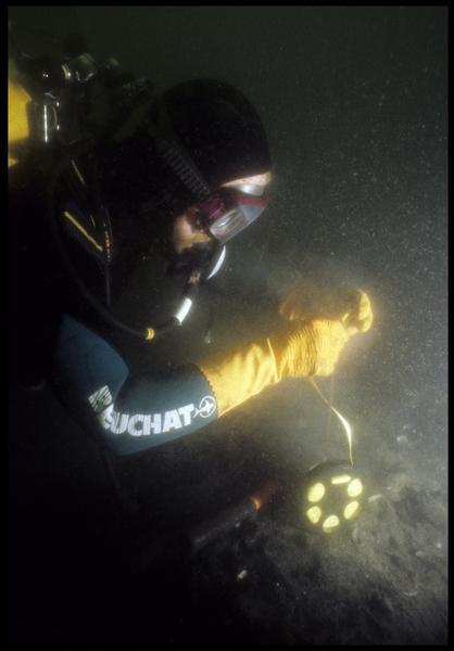 Vue sous-marine d'un plongeur métrant le chantier (fouille M. L'Hour/Drassm, E. Veyrat/Drassm).