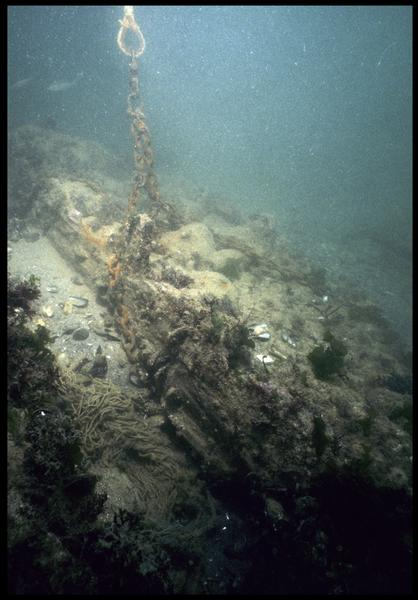 Vue sous-marine de la carène avant fouille (ancrage de la balise) (fouille M. L'Hour/Drassm, E. Veyrat/Drassm).