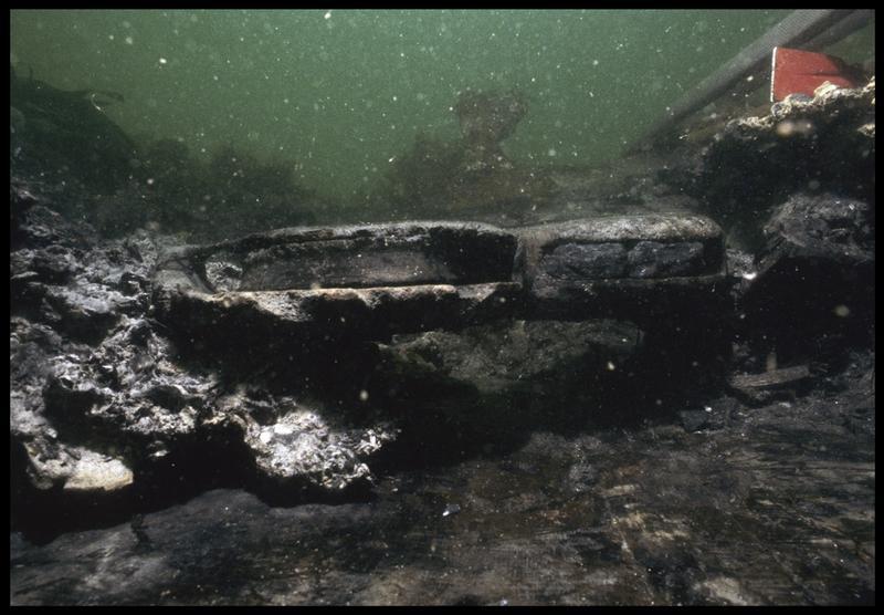 Vue sous-marine d'une poulie violon en bois in situ (fouille M. L'Hour/Drassm, E. Veyrat/Drassm).