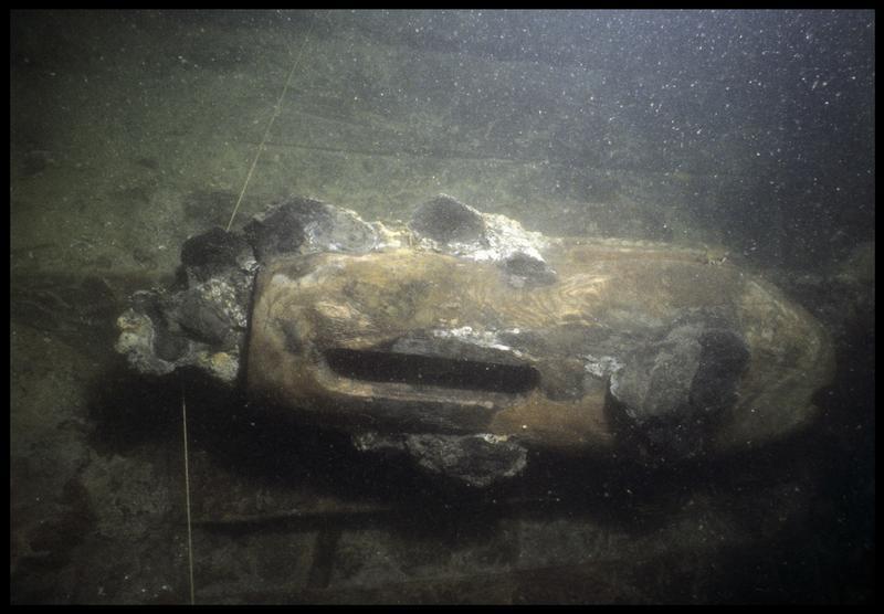 Vue sous-marine d'une poulie de drisse en bois in situ (fouille M. L'Hour/Drassm, E. Veyrat/Drassm).