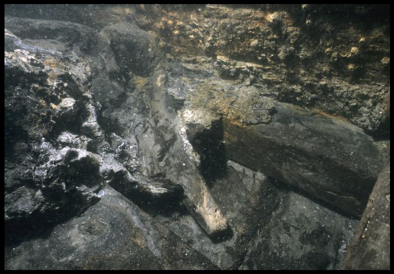 Vue sous-marine d'un taquet à corne in situ (fouille M. L'Hour/Drassm, E. Veyrat/Drassm).