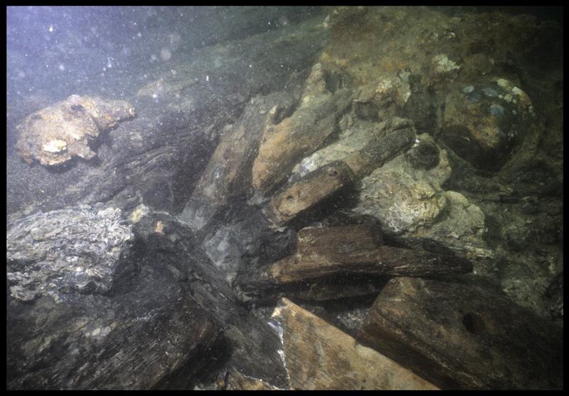 Vue sous-marine d'un taquet à corne et d'éléments d'accastillage in situ (fouille M. L'Hour/Drassm, E. Veyrat/Drassm).