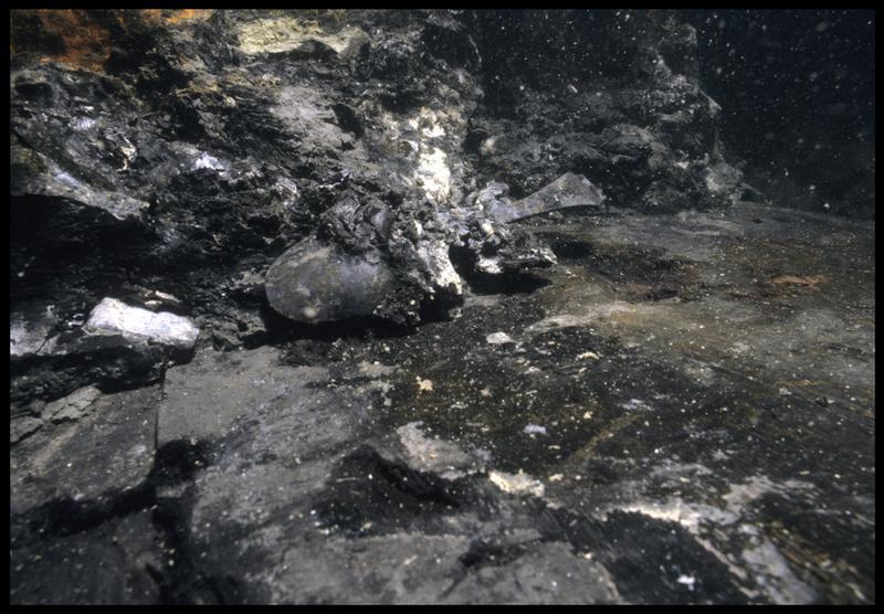 Vue sous-marine d'une cuillère en étain in situ (fouille M. L'Hour/Drassm, E. Veyrat/Drassm).