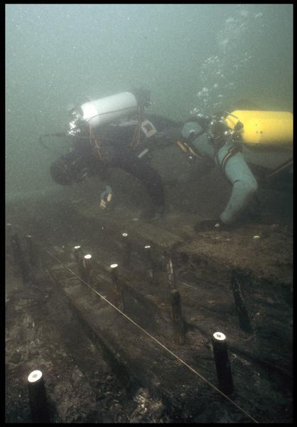 Vue sous-marine de deux plongeurs effectuant le relevé des gournables des membrures (fouille M. L'Hour/Drassm, E. Veyrat/Drassm).