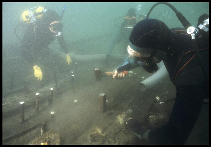 Vue sous-marine de trois plongeurs marquant les gournables des membrures (fouille M. L'Hour/Drassm, E. Veyrat/Drassm).