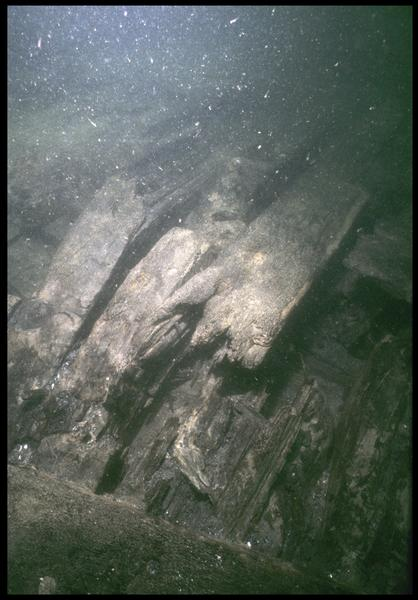 Vue sous-marine de détail de la cassure de la carène (fouille M. L'Hour/Drassm, E. Veyrat/Drassm).