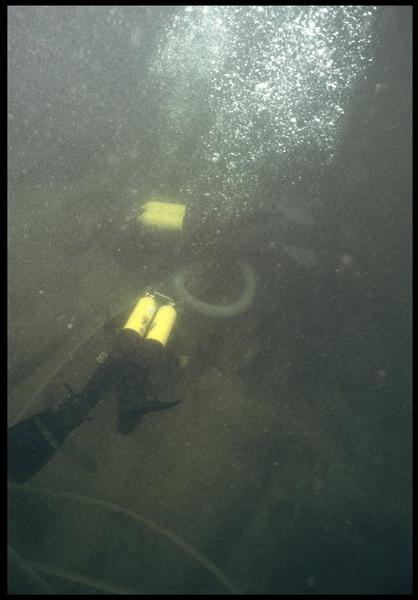 Vue sous-marine de deux plongeurs dévasant à la suceuse à eau (fouille M. L'Hour/Drassm, E. Veyrat/Drassm).