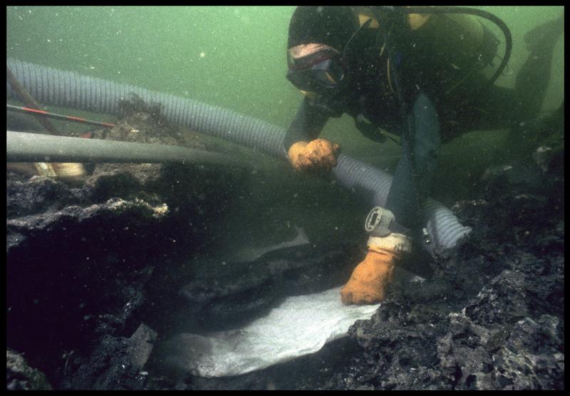 Vue sous-marine d'un plongeur emballant une poulie violon pour la remonter (fouille M. L'Hour/Drassm, E. Veyrat/Drassm).