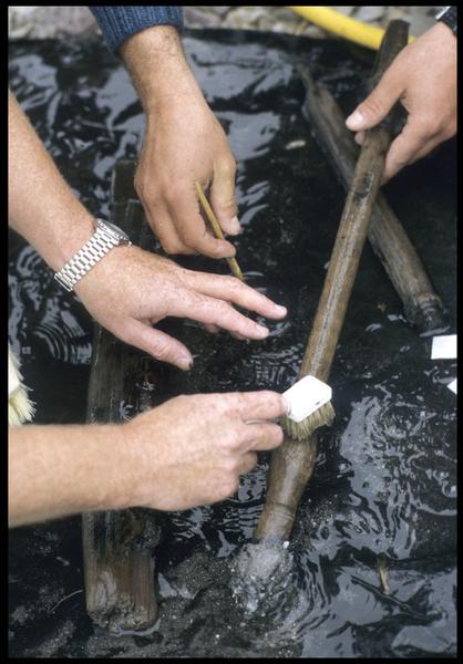 Vue du nettoyage d'une pièce de bois (fouille M. L'Hour/Drassm, E. Veyrat/Drassm).