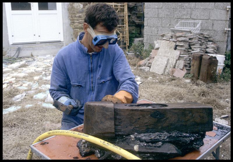 Vue du dégangage d'une pièce de bois d'une concrétion métallique (fouille M. L'Hour/Drassm, E. Veyrat/Drassm).