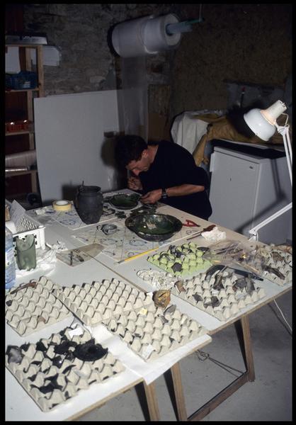 Vue de l'atelier de restauration céramique (fouille M. L'Hour/Drassm, E. Veyrat/Drassm).
