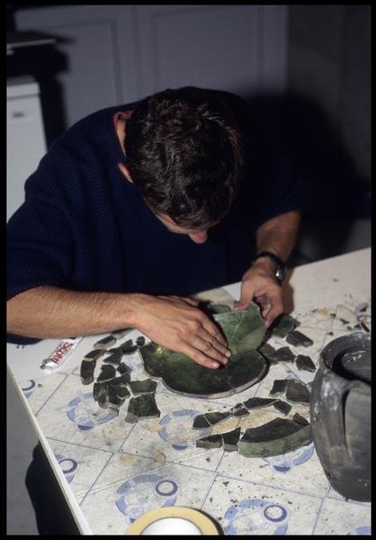 Vue de la restauration d'un plat de céramique à vernis interne vert (fouille M. L'Hour/Drassm, E. Veyrat/Drassm).