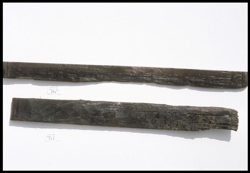 Vue de deux fragments de douve de bois d'un tonneau (fouille M. L'Hour/Drassm, E. Veyrat/Drassm).