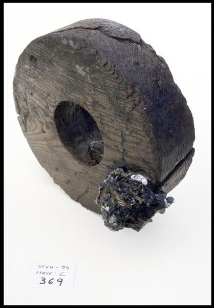 Vue d'une roue de bois d'affût (fouille M. L'Hour/Drassm, E. Veyrat/Drassm).