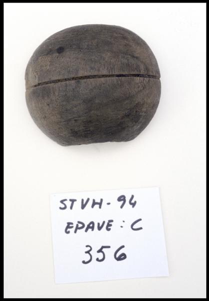 Vue d'un élément d'accastillage de bois (fouille M. L'Hour/Drassm, E. Veyrat/Drassm).