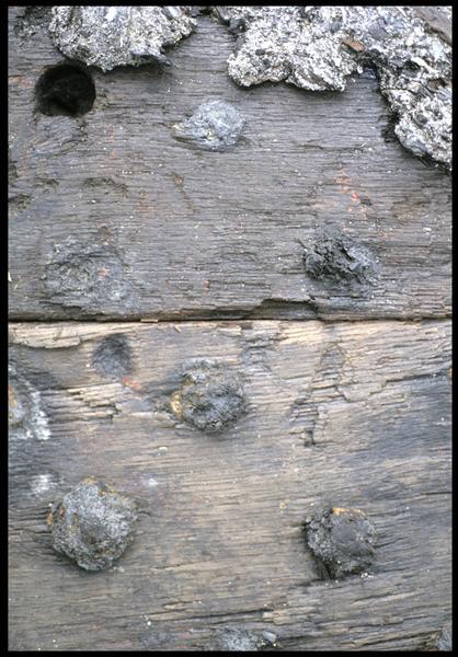 Vue de détail du cloutage du mantelet de sabord (fouille M. L'Hour/Drassm, E. Veyrat/Drassm).